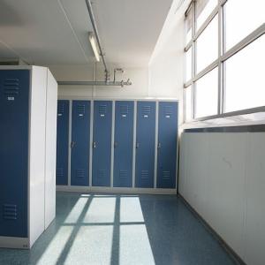 realisaties speciale afwerking - kleedkamer afgeschuinde vensterbank