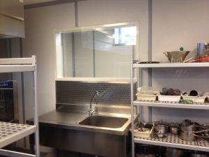 afwerking raam zonder randen met inbox beschermplaat in een kokschool